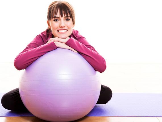 15 تمرین ورزشی به کمک توپ تناسب اندام,ورزش خانگی برای تناسب اندام, طریقه ورزش با توپ, ورزش شکم با توپ